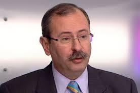 1988-ban belépett az MDF-be. 1990-ben bekerült a Fővárosi Közgyűlésbe, ahol 1992 és 1995 között az MDF frakcióját vezette. A pénzügyi ellenőrző bizottság elnöke volt 1990 és 1994 között. 1994-ben újra bekerült a Fővárosi Közgyűlésbe, mandátumáról 1996-ban mondott le.  Az 1994-es választásokon az MDF budapesti listájáról jutott be. A Szabó Iván-féle szárny kiválása után őt választották a párt frakcióvezetőjévé.  1998-ban nem sikerült mandátumot szereznie, viszont az Orbán-kormány idején a Miniszterelnöki Hivatalban volt politikai államtitkár. 2000-ben kinevezték Kövér László utódjaként a polgári nemzetbiztonsági szolgálatokért felelős tárca nélküli miniszter. Ekkor kilépett az MDF-ből. Posztját a kormányváltásig viselte.  A 2002-es választásokat követően ismét országgyűlési képviselő, ekkortól Fidesz-színekben (országos lista). A pártba 2003-ban lépett be. 2005 és 2007 között a párt egri elnöke volt.  A 2006-os és a 2010-es választásokon is a Fidesz Heves megyei listájának éléről került be az Országgyűlésbe.