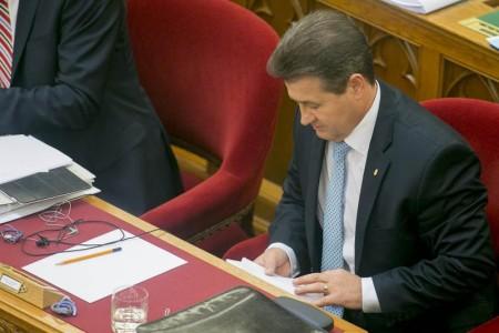 Így puskázik Tasó államtitkár (fotó: Béli Balázs / alfahir.hu)
