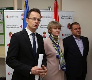 Amikor még minden rendben ment. Szijjártó és Tarsoly a moszkvai nagykövetségen. Fotó: MTI