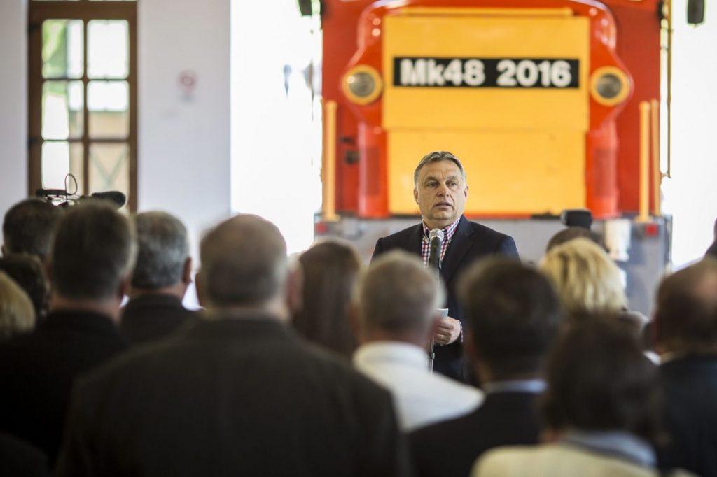 Orbán Viktor miniszterelnök beszédet mond a Vál-völgyi kisvasút elsõ szakaszának átadásán Felcsúton 2016. április 30-án. MTI Fotó: Miniszterelnöki Sajtóiroda / Szecsõdi Balázs