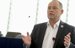 Szanyi Tibor: Önleleplezés a lengyel kormányzat antidemokratikus lépéseinek fideszes védelme